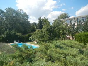 Жизнь пенсионеров в Болгарии. Бассейн и дом с садом у моря