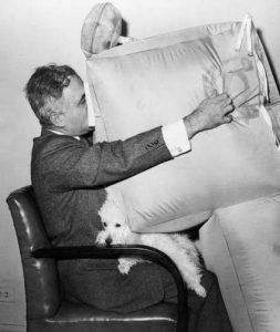Асен Йорданов показывает работу подушки безопасности для пассажиров самолётов, 1957 год