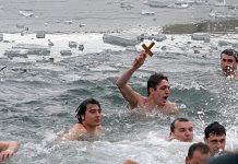 Ныряние в ледяную воду за крестом, а также ледяные хороводы, это болгарские православные традиции в Богоявление-Крещение