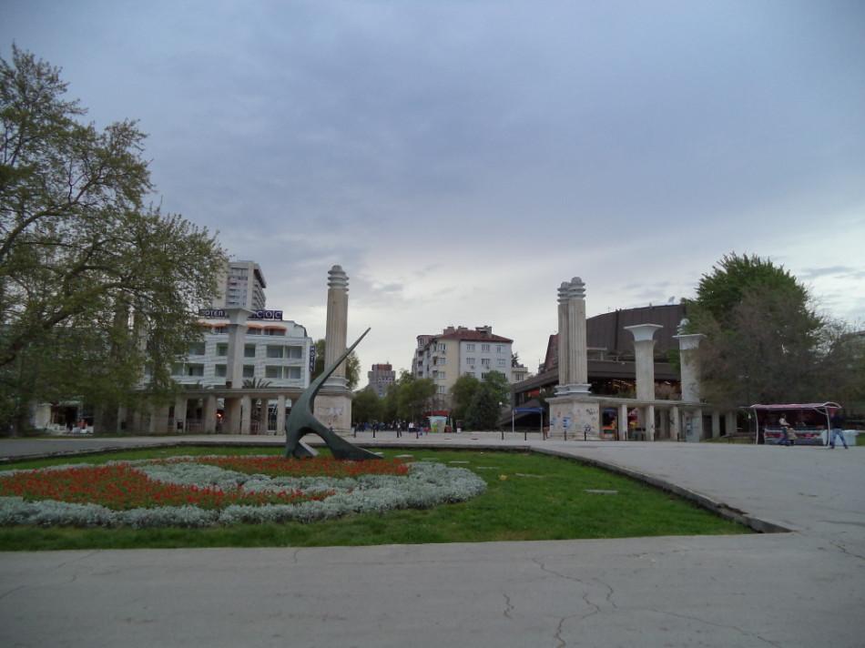 Приморский Парк Варна центральный вход солнечные часы фото
