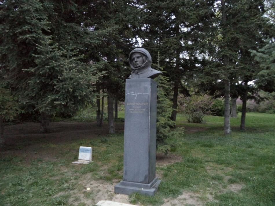Приморский парк Варна - памятник Юрию Гагарину первому космонавту