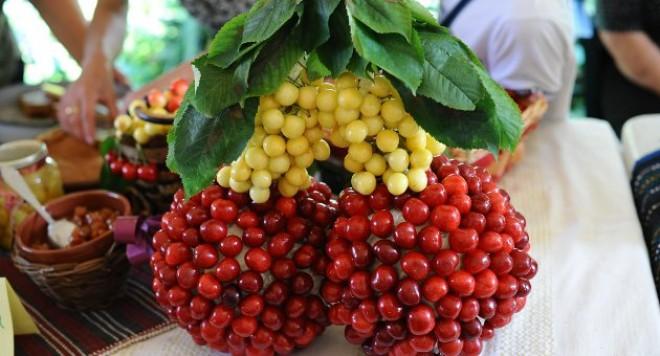 Ягода черешня - желтая и красная
