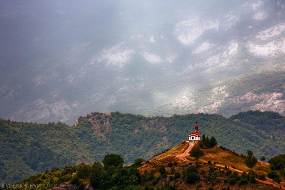 30 феноменальных фотографий - полуразрушенная церковь