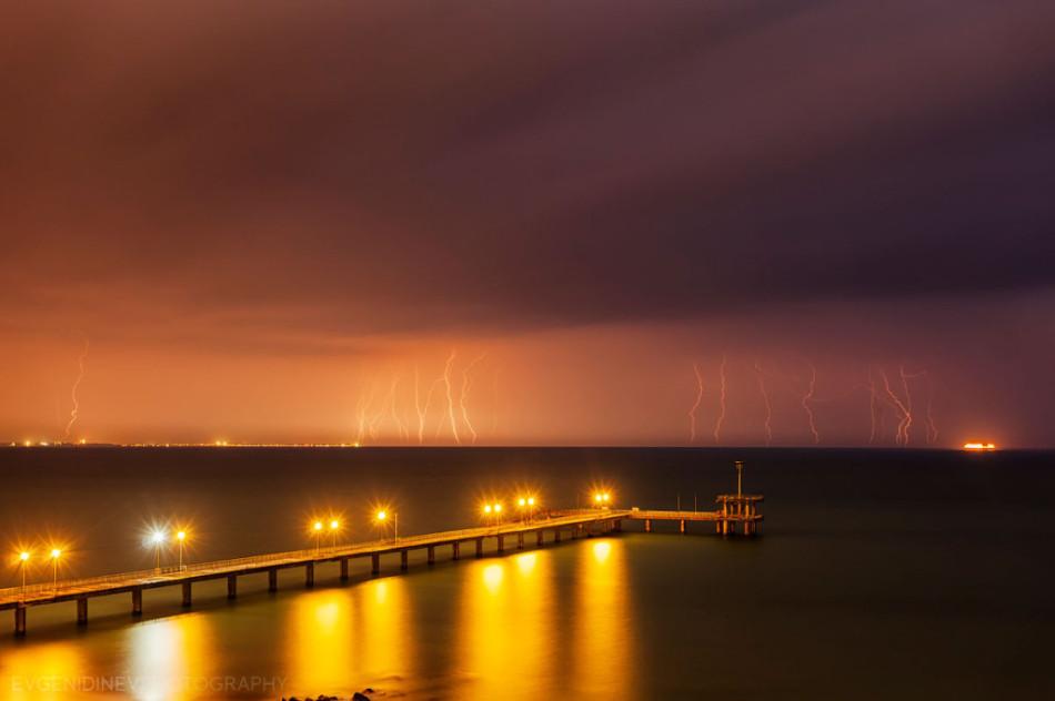 30 феноменальных фотографий - осенний шторм на море и весенняя гроза в городе Бургасе