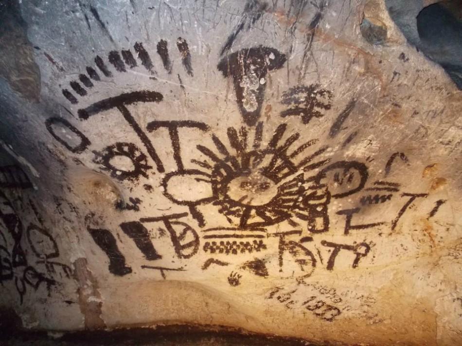 древниена скальные рисунки в пещере магура фото