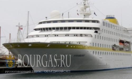 Первый круизный лайнер 2015 года - зашел в гавань Несебра