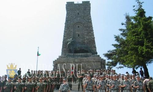 Новоиспеченным болгарским офицерам были вручены дипломы на Шипке