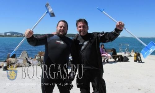 Водолазы чистят дно Черного моря в Бургассом заливе