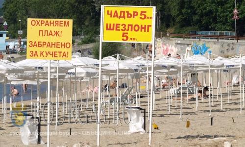 шезлонги и зонты на пляжах Болгарии