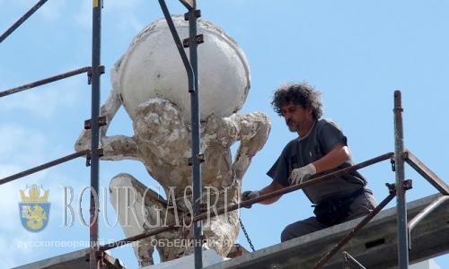 Мастера приступили к ремонту и восстановлению скульптуры древнего героя Атласа, размещенную на крыше здания в центре Пловдива.