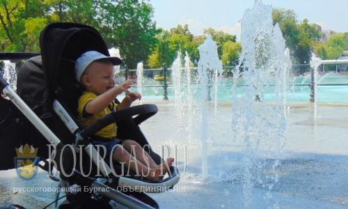 25 июля 2016 года, Болгария, Большой парк в Пловдива, дети в жару играют с сухими фонтанами