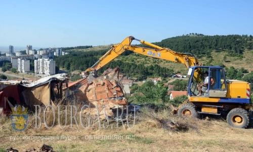25 июля 2016 года, Болгария, в местности Зайчева-Поляна,Стара-Загора, сносят незаконные строения