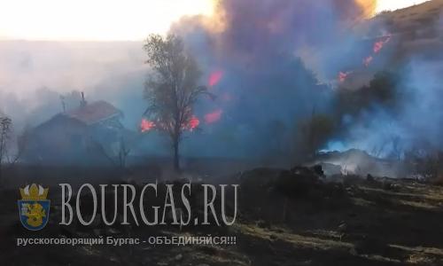 31 июля 2016 года, Болгария, окраина Острицата, регион Банево - в пожаре сгорело три коттеджа