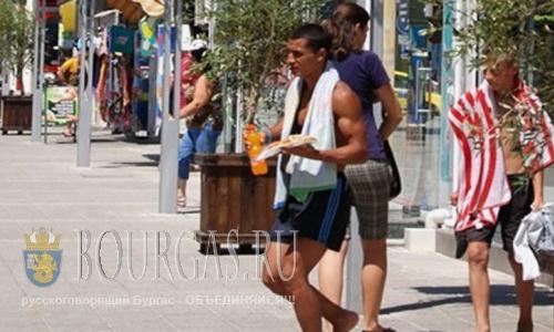 На улицах Бургаса появляется все больше полуголых людей