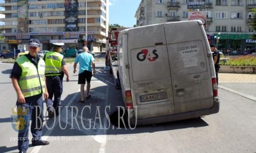 В Болгарии, в центре города Шумен провалился микроавтобус