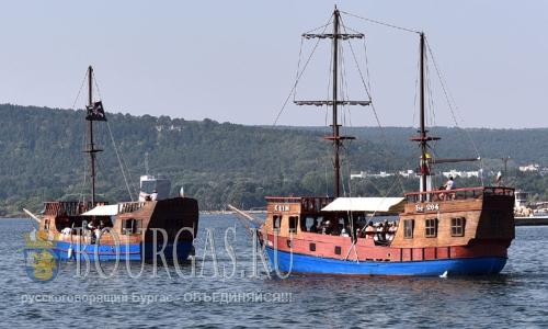 22 августа 2016 года, Болгария, Варна - морских аттракционов для туристов - пиратские корабли