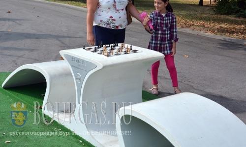 24 августа 2016 года, Варна, дизайнерски стол для игры в шахматы установили у входа в Морской парк