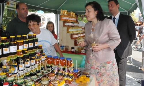 5 августа 2016 года, Болгария, Царево, XIII Международный фестиваля меда открывала министр сельского хозяйства и продовольствия Болгарии, Десислава Танева