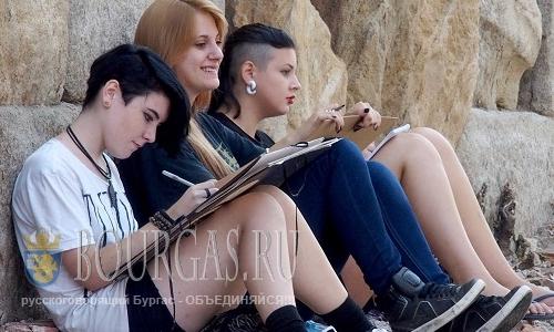 1 сентября 2016 года, Пловдив, студенты из художественных школ Пловдива на практике на улицах Старого города