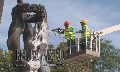 2 сентября 2016 года, Пловдив, муниципальный службы города ко Дню Соборности Болгарии чистят местные памятники