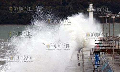 17 октября 2016 года, Варна, местный волнолом не может сдержать пятиметровые волны