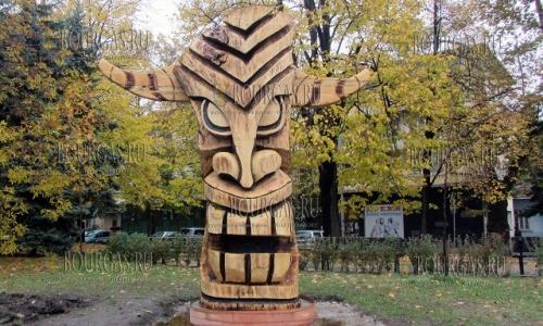 19 октября 2016 года, Перник, Евгений Дымов создал и подарил горожанам деревянную скульптуру сурвакара, высотой 3,2 метра