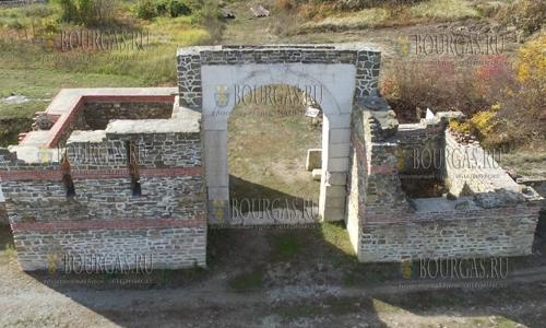 21 октября 2016 года, село Ломец недалеко от города Троян - вид на древнюю римскую крепость Состру