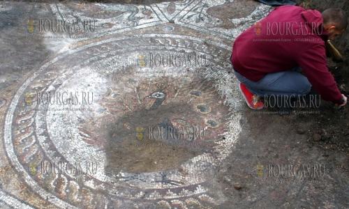 24 октября 2016 года, Пловдив, раскопки Большой базилики - археологи нашли отлично сохранившуюся мозаику, археологи в Болгарии