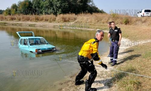 3 октября 2016 года, Хасково, озеро в парке парк Кенана, вытаскивают авто марки Сеат-Марбела, который на днях неизвестные злоумышленники угнали и позже утопили