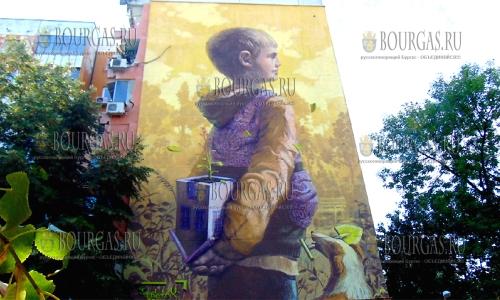 3 октября 2016 года, Пловдив, юные художники разрисовали торцевую стену жилого дома в рамках фестиваля - Арт-стрийт фестиваль