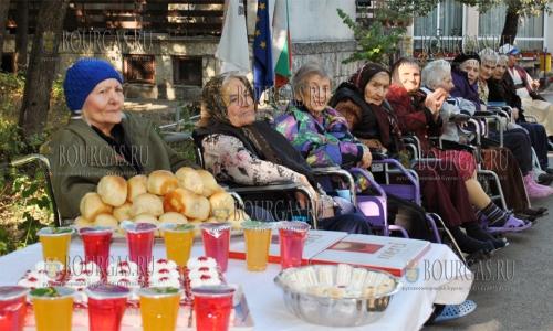 30 сентября 2016 года, Хасково, парке Кенана, в преддверии Международного дня пожилых людей поздравили пожилых людей из дома престарелых
