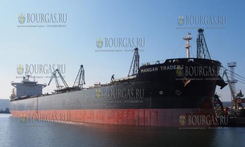 7 октября 2016 года, Варна, в порту судно Mangan Тrader I длиной 236 метров, такие громоздкие суда не заходили в порт Варны 15 лет