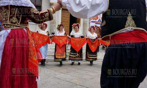 21 ноября 2016 года, Варна, хоровод мирян возле храма Святого Николая Чудотворца по случаю Дня христианской семьи
