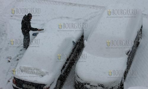 29 ноября, София, автовладельцы с утра поработали на очистке своих авто от снега