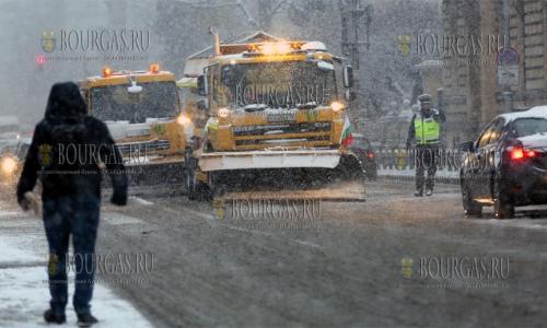 29 ноября, София, из-за снегопада на улицах города уже с утра работало более 100 спецавтомобилей, который убирали снег и разбрасывали реагенты против наледи, снегопады в Болгарии, гололедом в Болгарии, снег в Болгарии