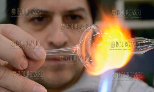 15 декабря, Пловдив, стеклодув Иван Станев изготавливает изделия из стекла в присутствии покупателей в одном из ТЦ города