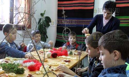 """15 декабря, Региональный исторический музей в Тырговиште организовал """"Рождественский магазин"""", в котором детки изготавливают сурвакници"""