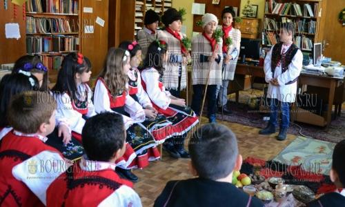 15 декабря, СУ Йордан Йовков, студенты одели национальные костюмы и встретили Рождество также, как его встречали их предки