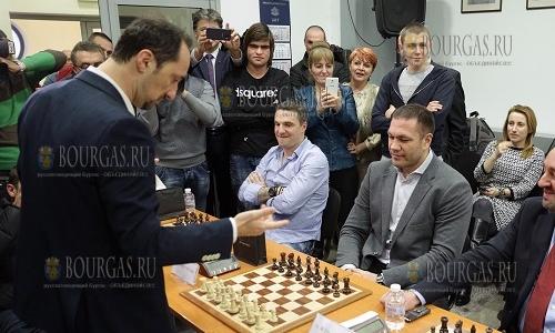 21 декабря, София Пресцентър ВСС, Веселин Топалов провел сеанс одновременной игры, в котором участвовал и боксер - Кубрат Пулев