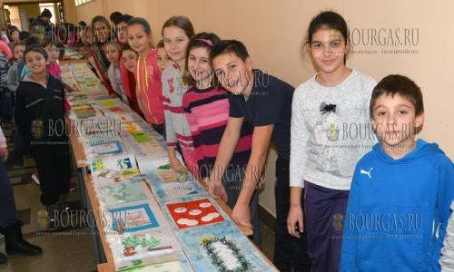 22 декабря, Хасково, дети 13 классов одной из местных школ создали 130 метровое Рождественское послание