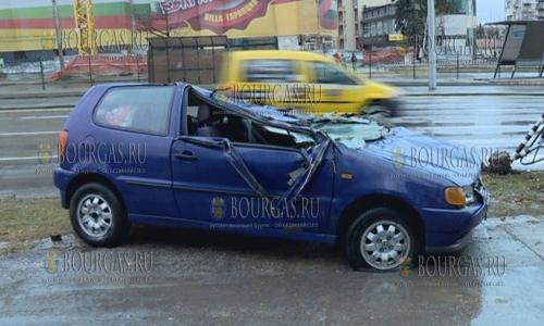 """26 декабря, София, авто на одной из улиц столицы Болгарии в результате ДТП превратилось в """"блинчик""""."""