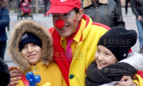28 декабря, Пловдив, веселый клоун радует простых прохожих и подымает им настроение