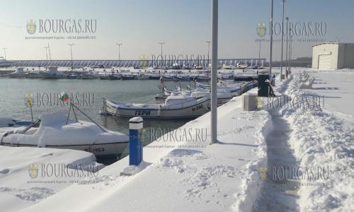 12 января 2017 года, морской порт Сарафово, здесь в снегу протоптаны тропинки