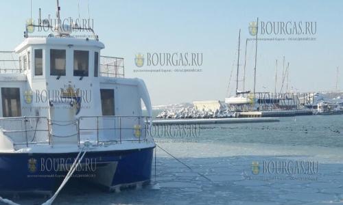 12 января 2017 года, порт Бургаса, во льду корабль, который возит туристов к острову Св. Анастасии