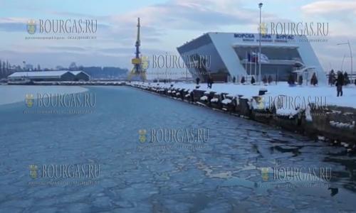 12 января 2017 года, вид на морской вокзал Бургаса, море в Болгарии