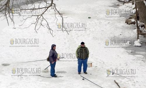 25 января 2017 года, река Янтра в Велико Тырново замерзла, чем и пользуются местные рыбаки