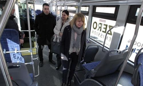3 января 2017 года, София, мэр болгасркой столицы Йорданка Фандыкова и ее зам Йоана Христова, тестируют работу электроавтобуса