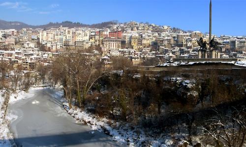 3 января 2017 года, Велико Тырново, из-за низких температур - река Янтра оказалась скована льдом