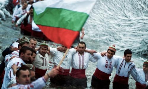 6 января 2017 года, город Калофер, местные жители в реке Тунджа совершили ритуал мужского хоровода к Богоявлению