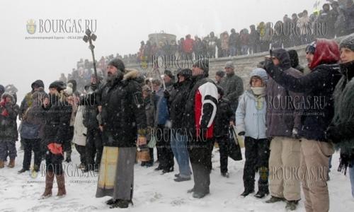 6 января 2017 года, Несебр, лишь не многие смогли окунуться в море на Богоявление, зрителей было намного больше